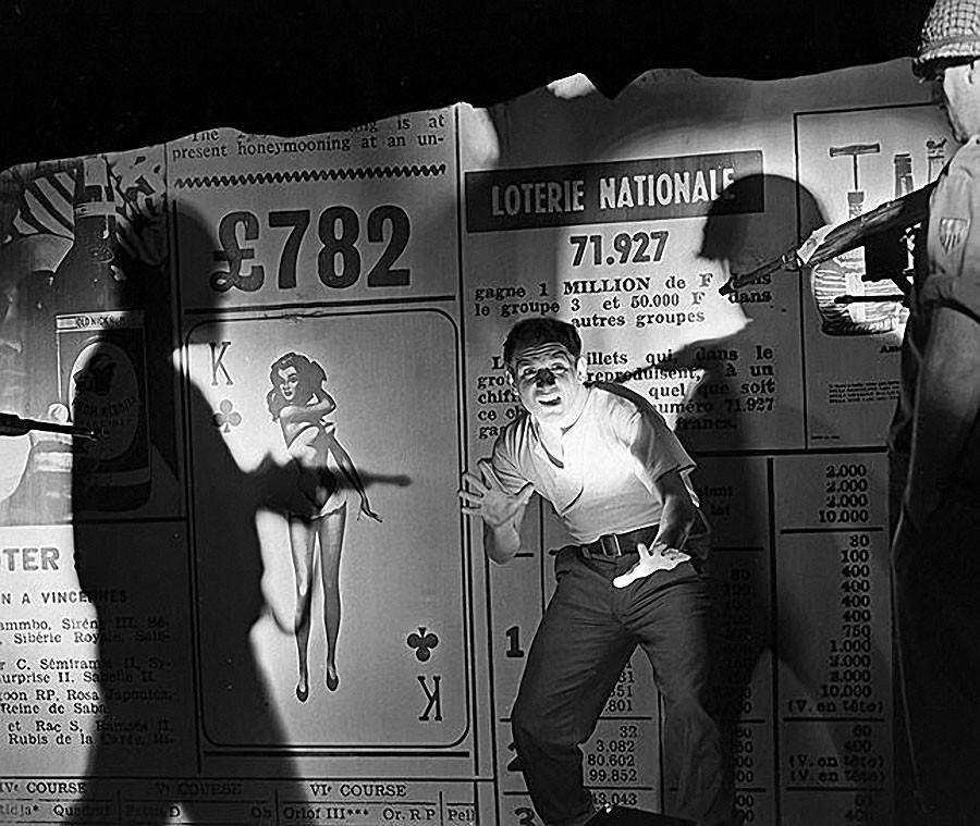 Лев Дуров в сцене из спектакля московского театра имени Ленинского комсомола