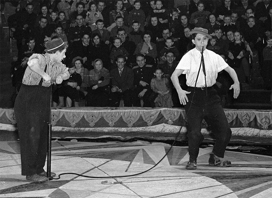 На арене цирка клоуны Юрий Никулин и Михаил Шуйдин 1958 год