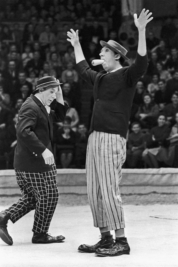 На арене цирка выступают клоуны Юрий Никулин и Михаил Шуйдин 9 апреля 1967 года