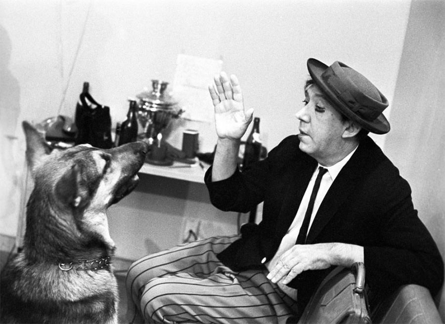 Артист цирка Юрий Владимирович Никулин в артистической уборной 1971 год
