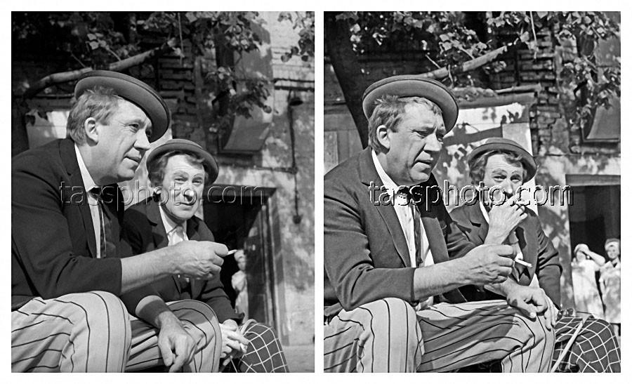 Артисты цирка Юрий Никулин и Михаил Шуйдин в перерыве между выступлениями 5 октября 1974 года
