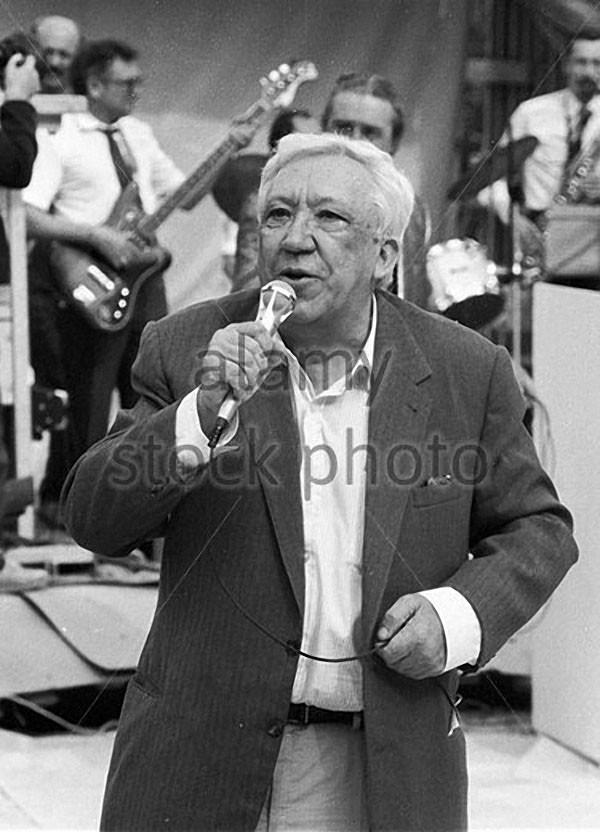 Юрий Никулин выступает на концерте по случаю завершения строительства здания цирка на Цветном бульваре 1988 год