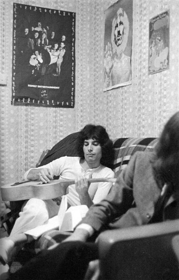 Фредди Меркьюри в своей квартире, 1969 год (Photo by Mark and Colleen Hayward)