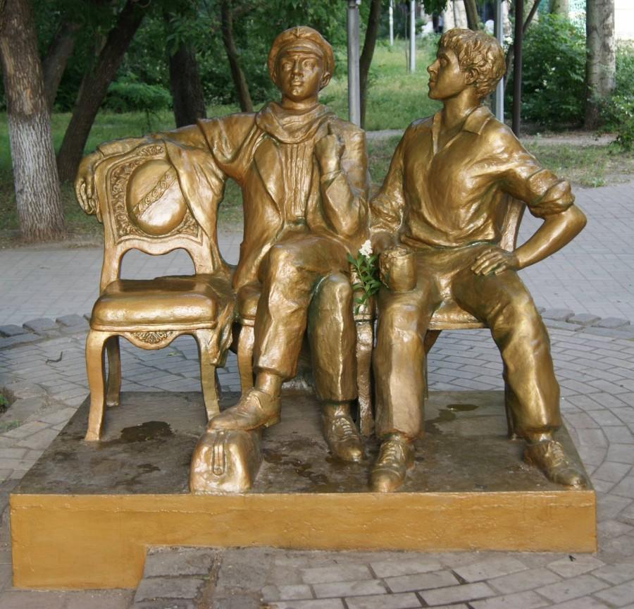 12 Памятник Остапу Бендеру и Шуре Балаганову в Бердянске