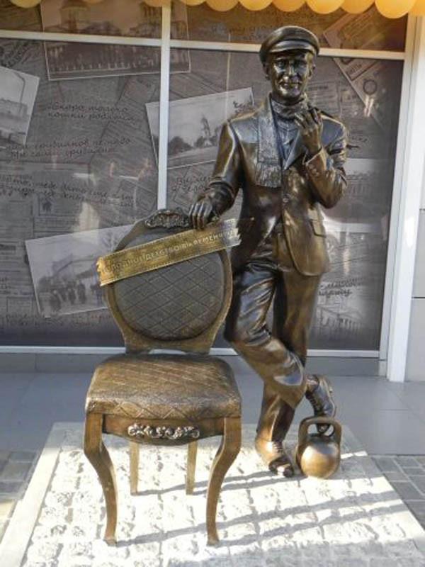 21 Памятник_Остапу_Бендеру_(Кременчук)