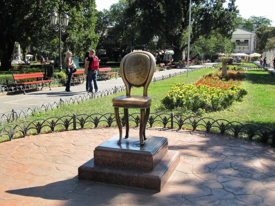 31 Памятник Ильфу и Петрову «12-й стул», Одесса