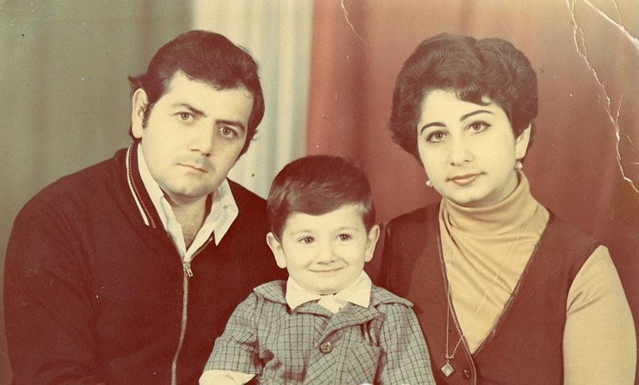 Михаил Галустян в детстве с родителями. Фото