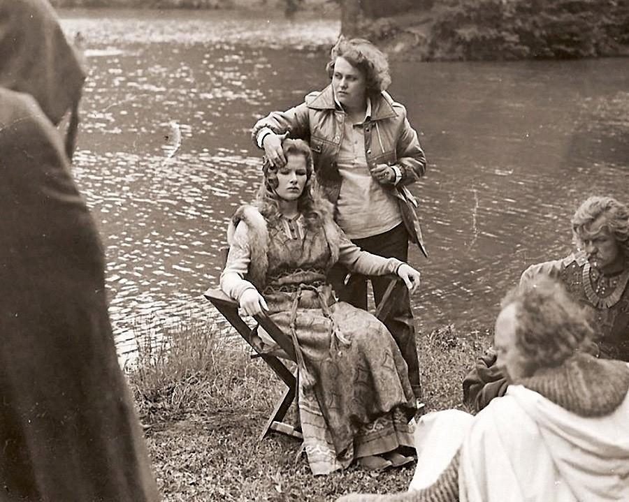 Люся Раужина с Тамарой Акуловой на картине Баллада о доблестном рыцаре Айвенго, 1982 год.