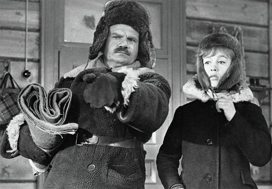 Надежда Румянцева в роли Тоси и Михаил Пуговкин в роли коменданта