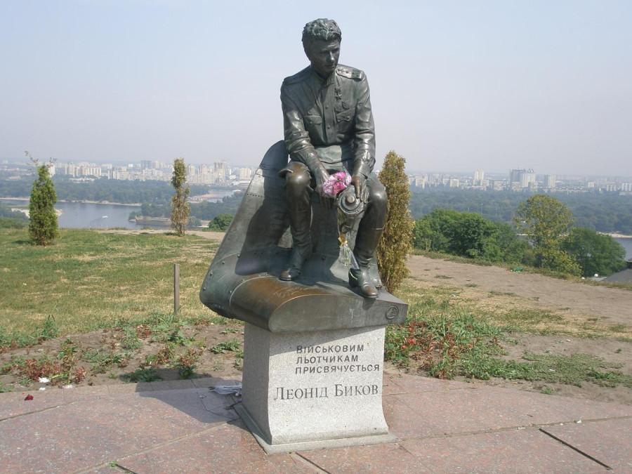 32 Памятник Леониду Быкову (капитан Титаренко) из фильма В бой идут одни старики в Киеве