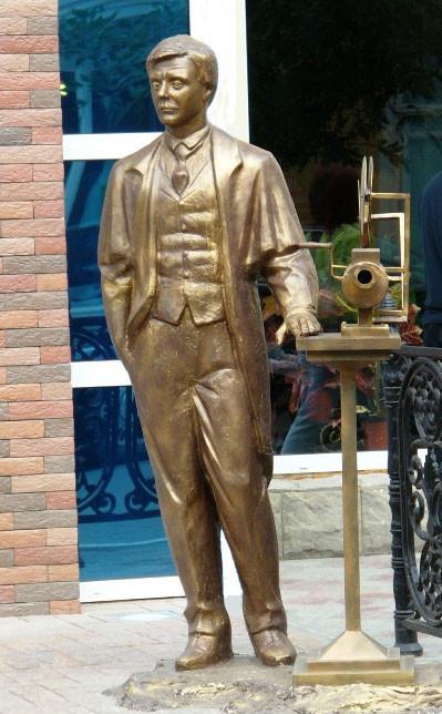 33 Памятник Андрею Миронову мистер Фёст) из фильма «Человек с бульвара капуцинов» в Астрахани