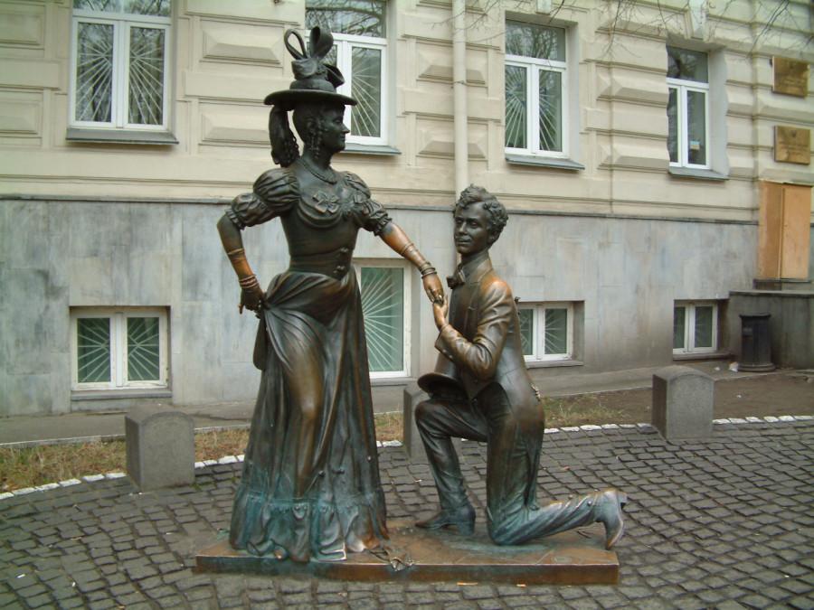 34 Памятник Маргарите Криницыной (Проня Прокоповна) и Олегу Борисову (Голохвастов) из фильма «За двумя зайцами» в Киеве