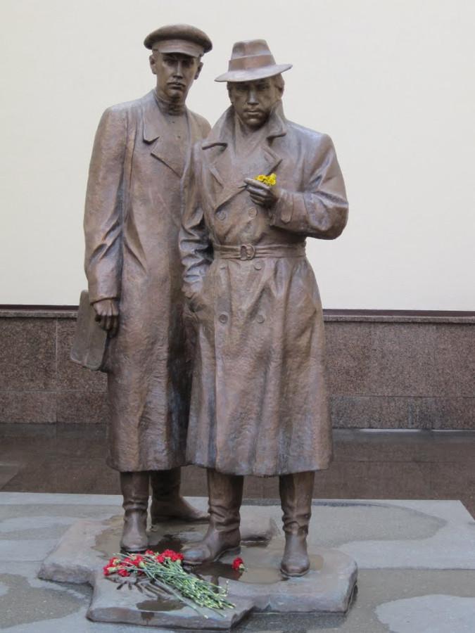 36 Памятник Жеглову и Шарапову в Киеве