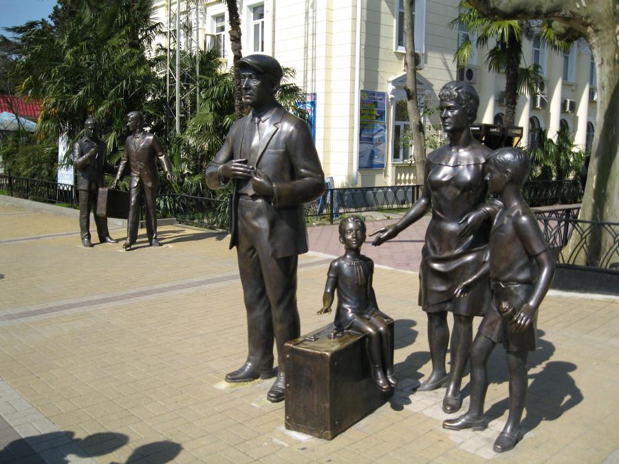 39 Памятник героям фильма «Бриллиантовая рука» (семья Горбунковых) в Сочи