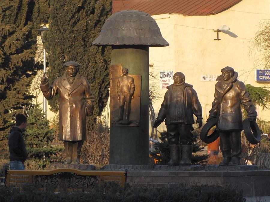 55 Памятник персонажам фильма «Мимино» в Тбилиси