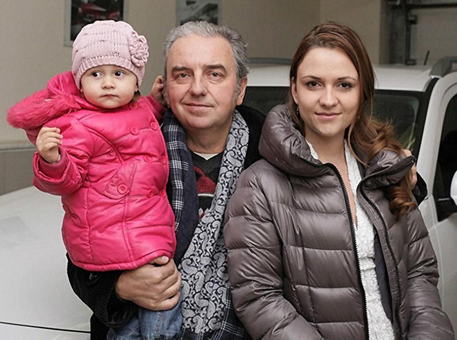 Шахрин с дочкой и внучкой