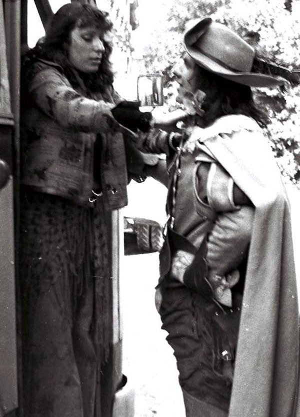 Костюмер одевает постановщика трюков Николая Ващилина для выполнения подсечки лошади за Портоса.1978