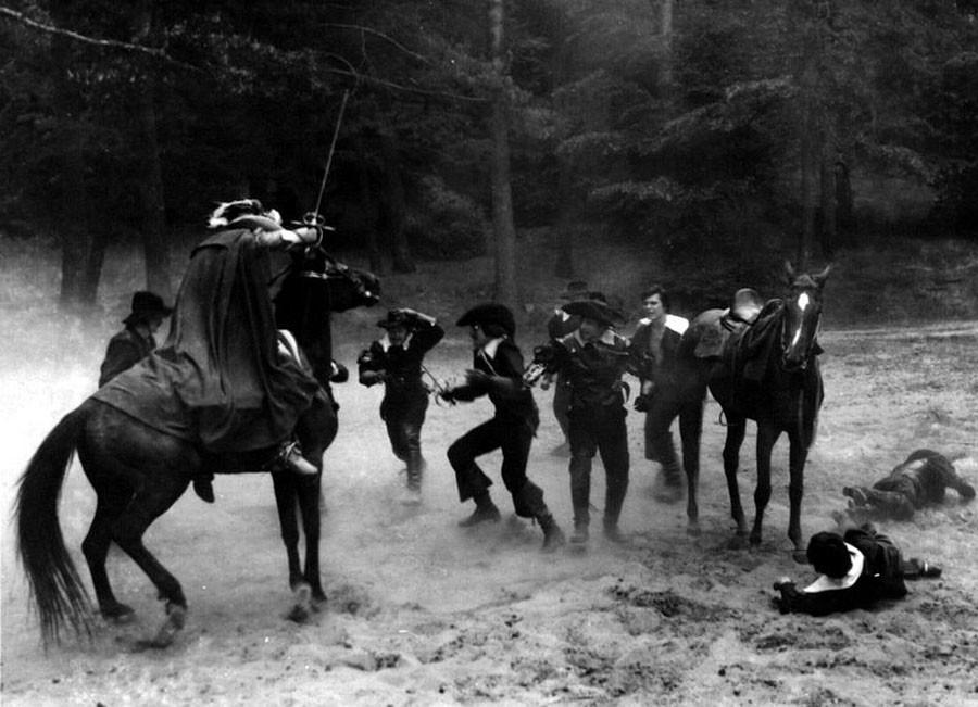 Николай Ващилин (крайний справа) нападает и одновременно руководит съёмкой засады на Арамиса. Под Львовом. 1978