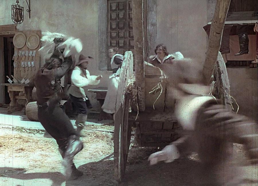 каскадёр Николай Ващилин падает от удара кувшином д'Артаньяна в Менге. Львов.1978