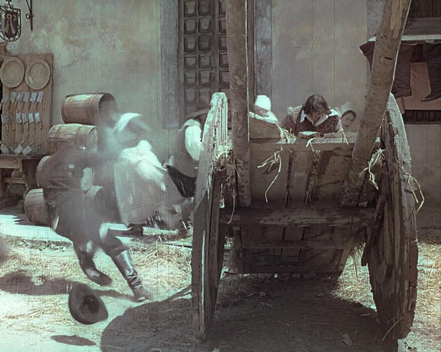 Постановщик трюков и каскадёр Николай Ващилин падает от удара кувшином по голове ловким д'Артаньяном в Менге. Львов.1978
