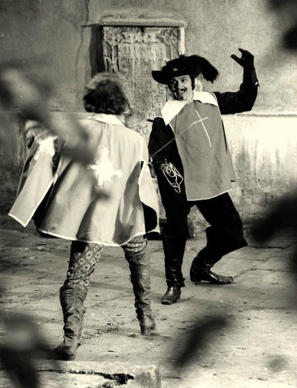 Николай Ващилин репетирует фехтовальную сцену с Арамисом (Игорем Старыгиным) в монастыре Де ШО. Львов.1978