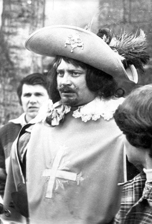Николай Ващилин и Портос во время съёмки фехтовальной схватки в Дешо.1978