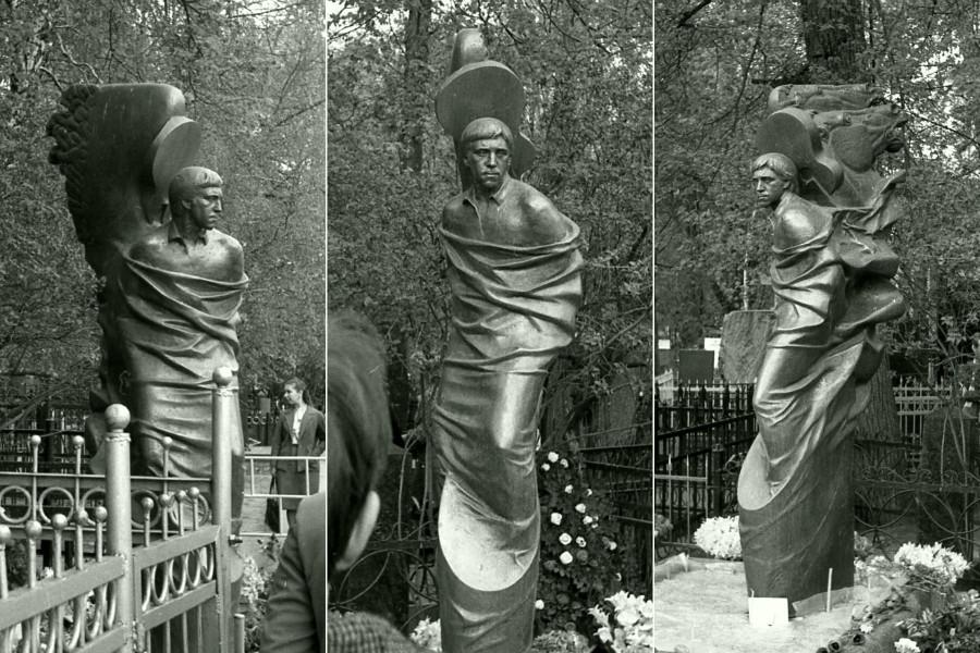 61 Памятник на могиле Владимира Высоцкого работы скульптора Александра Иулиановича Рукавишникова. Открыт 12 октября 1985 года