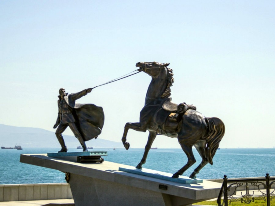 62 Монумент «Исход» в память о погибших в Гражданской войне. Композиция состоит из фигуры белого офицера со своим боевым конем. Прообразом послужил известный персонаж Владимира Высоцкого из фильма «Служили два товарища»