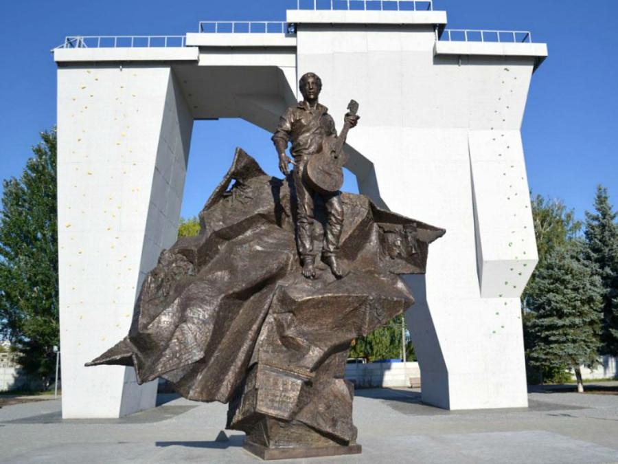 66 Памятник Владимиру Высоцкому возле Дворца спорта в Харькове