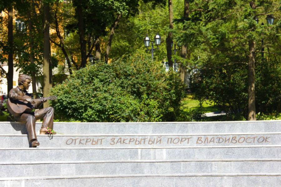 67 Памятник В.Высоцкому «Я, конечно, вернусь» в Театральном сквере г.Владивостока