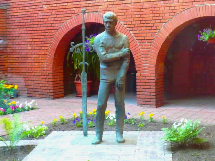70 Бронзовый памятник Владимиру Высоцкому во внутреннем дворике Театра на Таганке