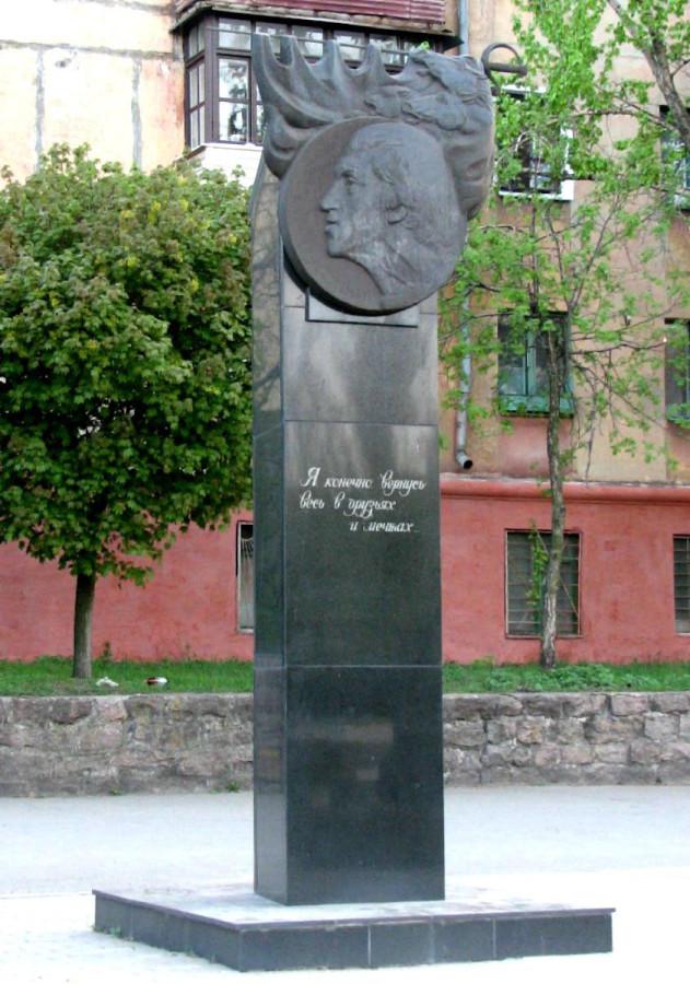 73 Памятник Владимиру Высоцкому в Мариуполе на площади Ленинского комсомола