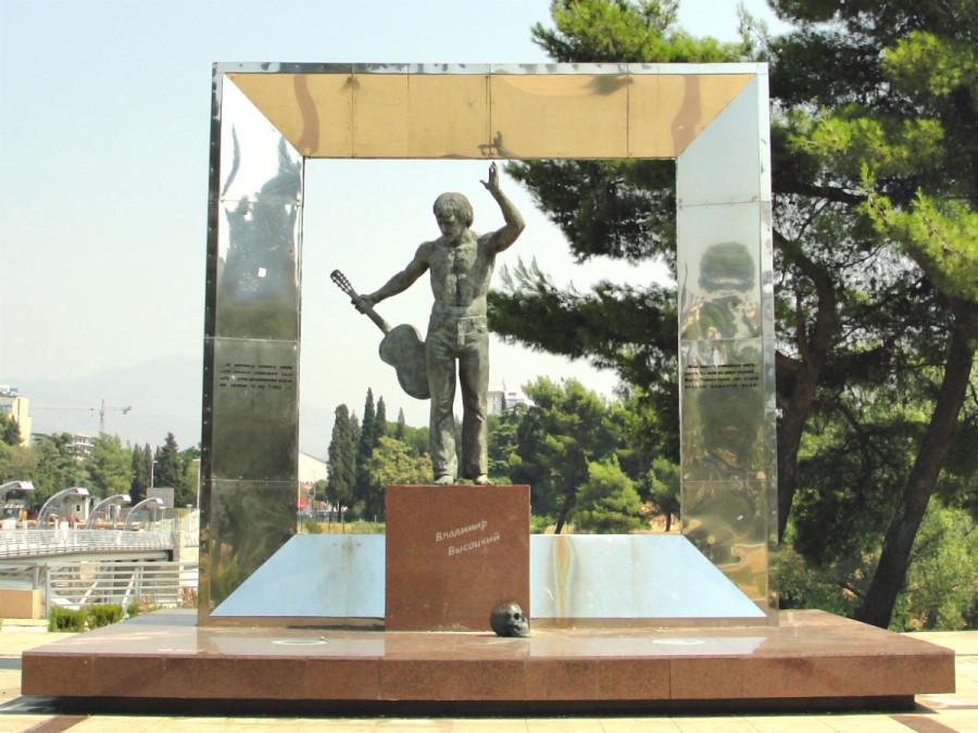 76 Памятник Владимиру Высоцкому в Подгорице (Черногория)