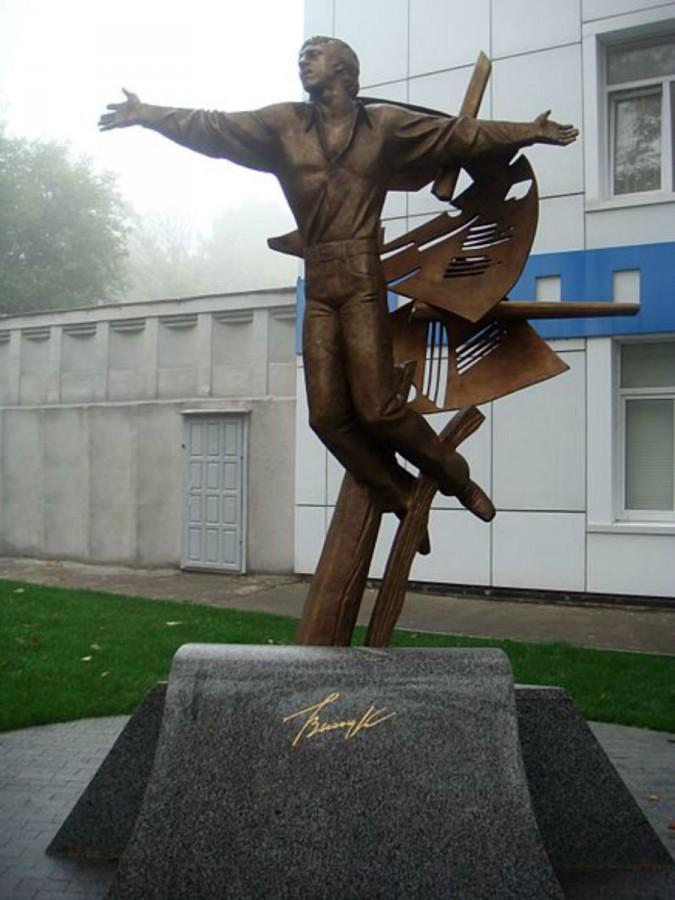 82 Памятник Владимиру Высоцкому в Одессе на Французском бульваре у здания киностуди