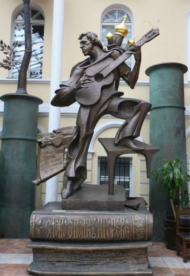 84 Памятник Владимиру Высоцкому в атриуме Галереи искусств Зураба Церетели. Москва