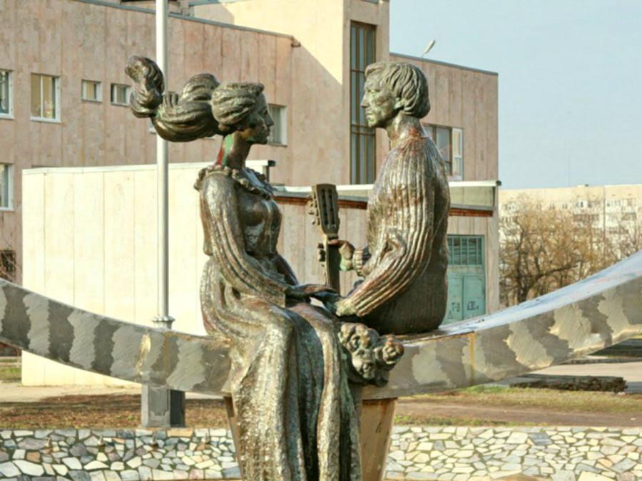 86 Фонтан - скульптурная композиция Любовь, посвящена В.Высоцкому и М.Влади в Волгодонске