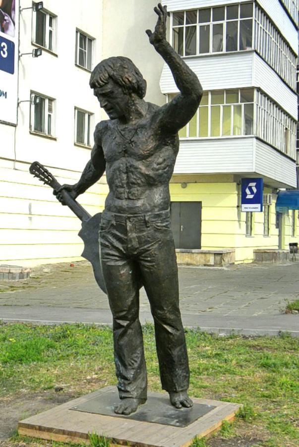 90 Памятник Владимиру Высоцкому у музея современного искусства в Чебоксарах