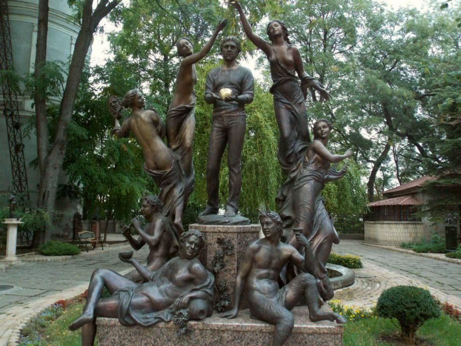 92 Памятник Владимиру Высоцкому «Золотое сердце» в саду скульптур Одесского литмузея