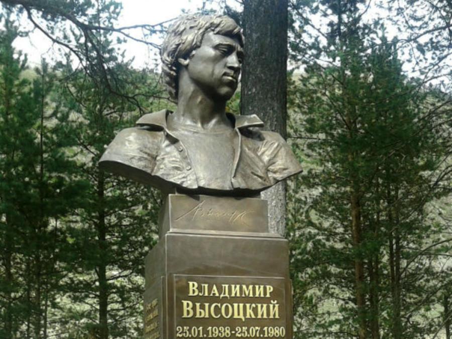 100 Памятник Владимиру Высоцкому в поселке Тегенекли Кабардино-Балкарской Республики