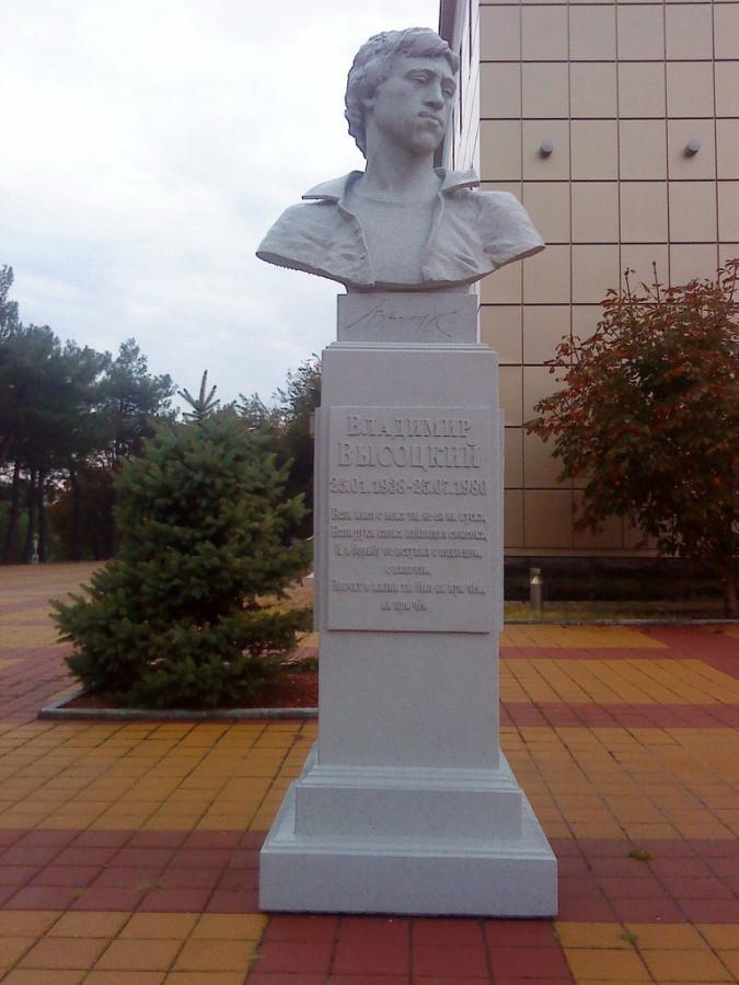 101 Памятник Владимиру Высоцкому на набережной в Геленджике
