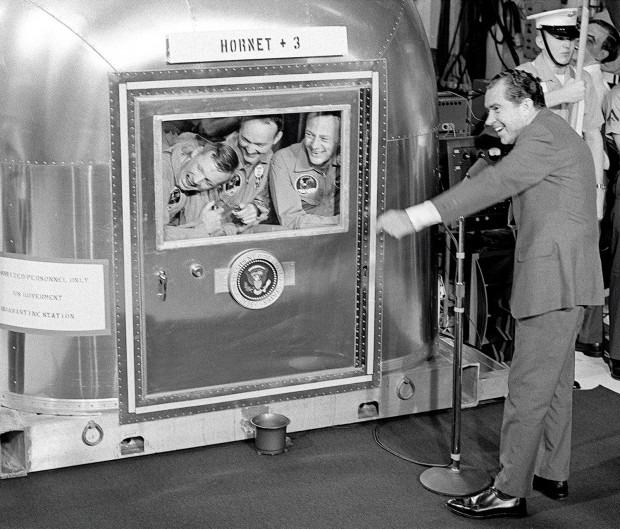 412 Июль 1969. президент Никсон посетил астронавтов Аполлона II в карантинной зоне