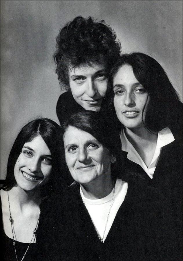 413 Боб Дилан, Джоан Баэз и Мими и их мать, 1965