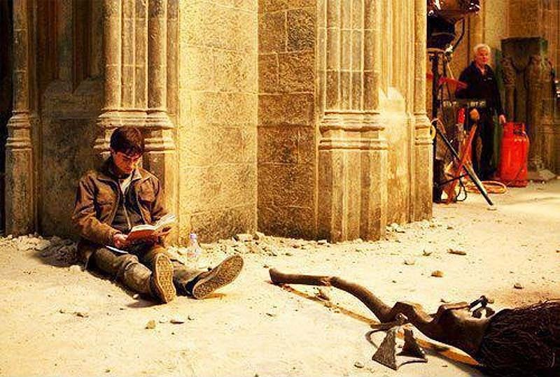 417 Гарри Поттер на съемках «Гарри Поттера» читает «Гарри Поттера»