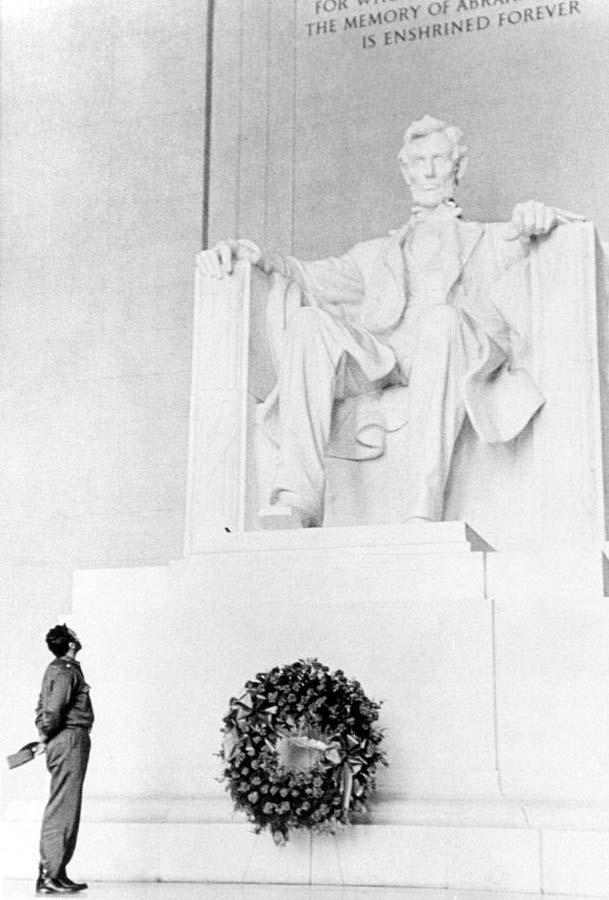 423 Фидель Кастро у памятника Линкольну.