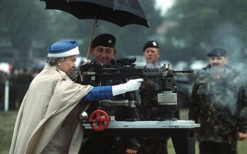 426 Королева Елизавета на стрельбище