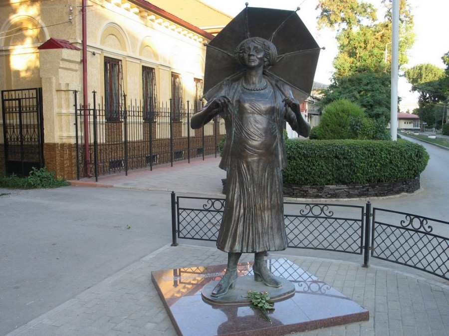 122 Памятник Раневской в роли Ляли из фильма «Подкидыш» в Таганроге