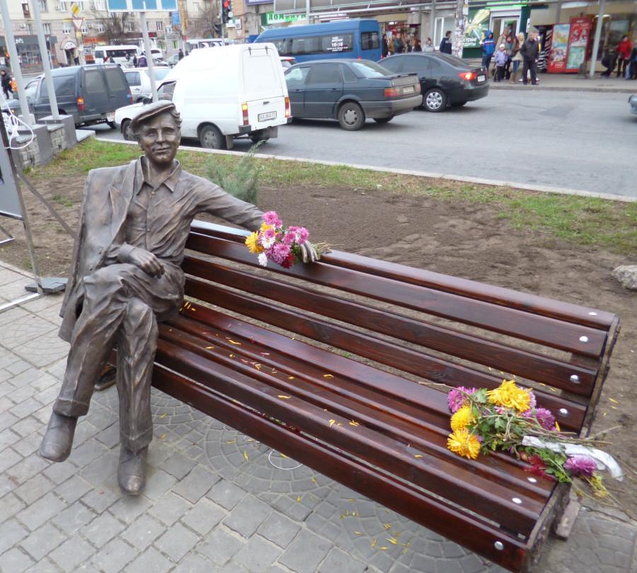 134 Памятник Рыбникову в Запорожье