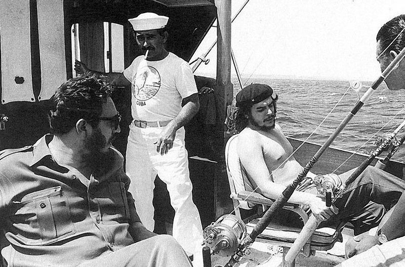 586 Че Гевара и Фидель Кастро на рыбалке, 1960 год.jpg