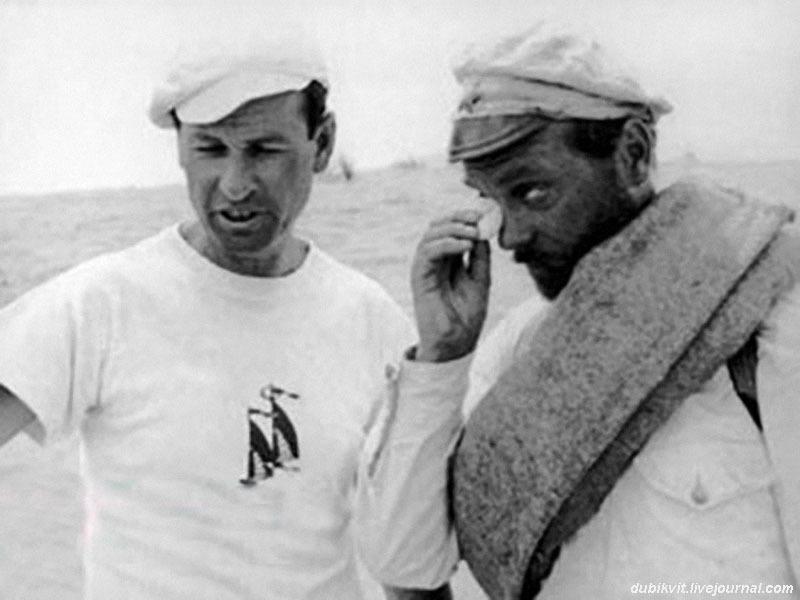 Владимир Мотыль и Анатолий Кузнецов в Байрам-Али (Каракумы) на съемках фильма «Белое солнце пустыни».jpg