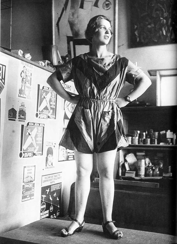 Евгения Соколова (Жемчужная) демонстрирует спортивный костюм спроектированный Варварой Степановой.jpg